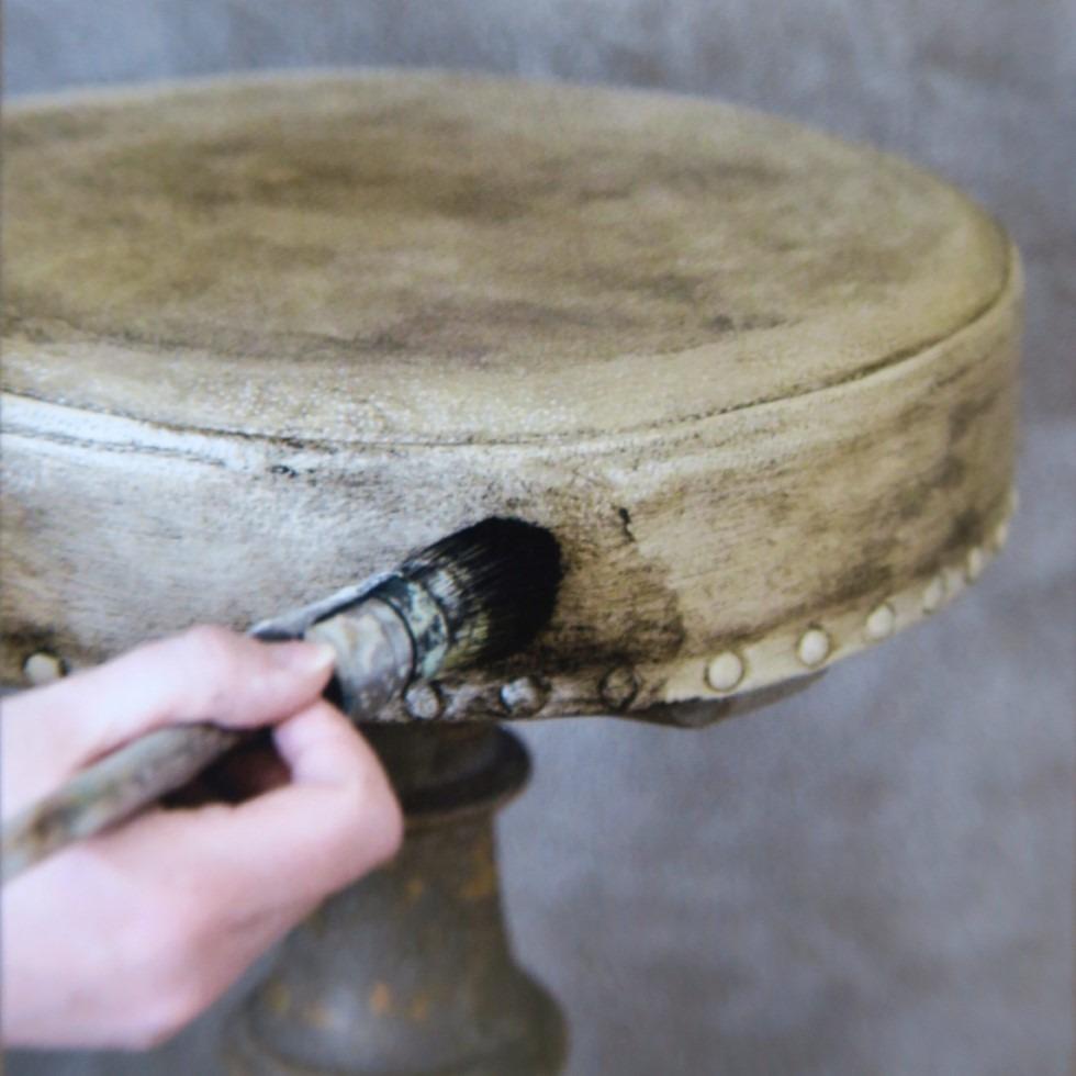 Patine d'un tabouret en cuir avec cire antique Vintage Paint